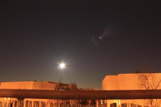 Księżyc sfotografowany zwykłym aparatem. Automatyczne ustawienia spowodowały jego prześwietlenie