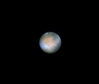Amatorska fotografia Marsa z widoczną czapą polarną i chmurami