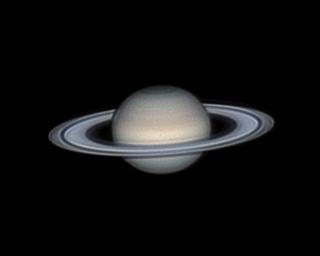 Saturn z otwierającymi się pierścieniami