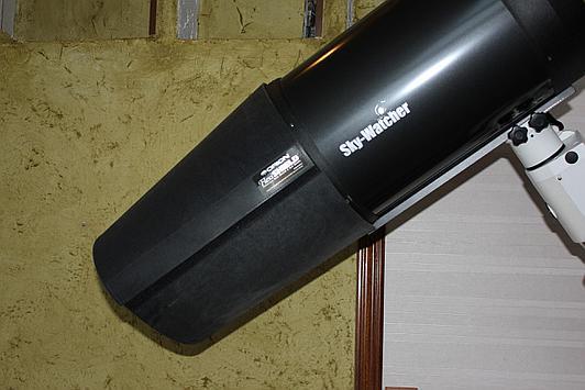 Teleskop SCT bez i z założonym odrośnikiem ograniczającym roszenie płyty korekcyjnej teleskopu